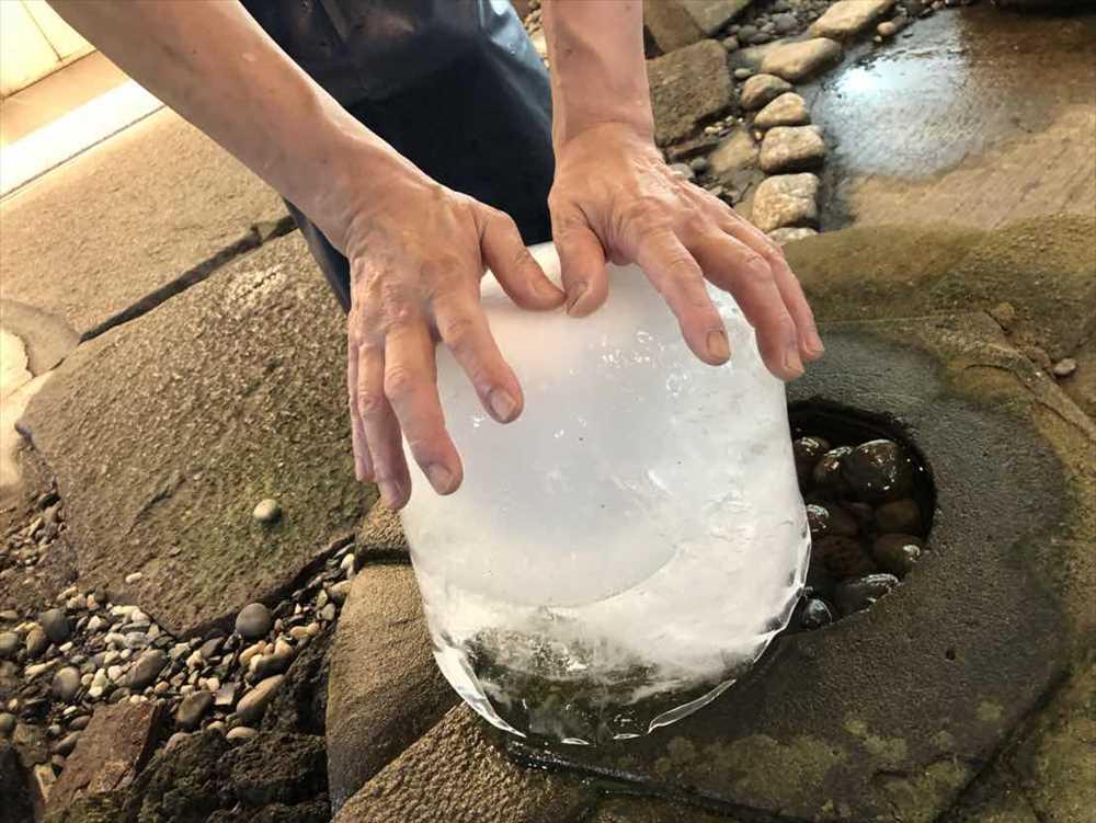沼津港 氷柱 触って涼む