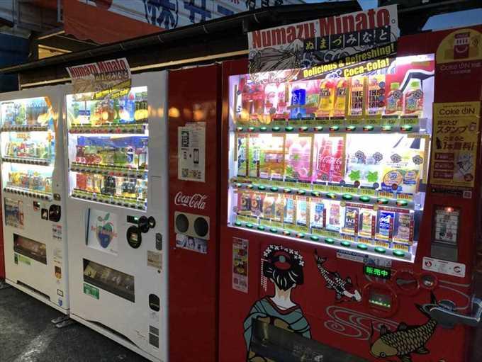 沼津港 お盆 混雑状況 コカ・コーラ 自販機
